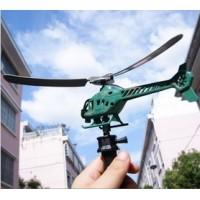 Hauska leluhelikopteri, jonka saa lentämään helposti mukana tulevasta kahvasta vetämällä.