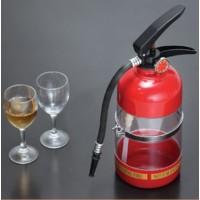 Gör dina kompisar avundsjuka på nästa fest med denna dryckeskaraff som ser ut som en brandsläckare! Brandsläckaren förvarar enkelt din valda dryck som du sedan kan servera upp i dina gästers glas via slangen.
