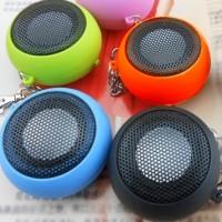 Detta är en riktigt liten minihögtalare som du kan ansluta till din MP3-spelare, mobiltelefon, eller någon annan enhet med ett standard 3,5 mm hörlursuttag.