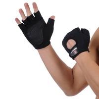 Mustat urheiluhanskat salille ja kaikenlaiseen liikuntaan. Salihanskojen avulla saat paremman otteen painoista ja kuntoilulaitteista, joten hanskat lisäävät myös treenaamisesi turvallisuutta.