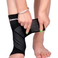 Vriststödet består av två delar som är sammanfogade. Rörligheten i knäet påverkas inte av stödet och det erbjuder både stöd och komfort när du spelar olika typer av sporter.