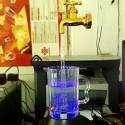 Svävande & rinnande vattenkran med LED