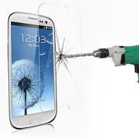 Skydda din telefon med ett extra skyddsglas på skärmen. Glaset förhindrar effektivt uppkomsten av repor och har en betydligt längre livslängd än de vanliga skyddsfilmerna i plast.