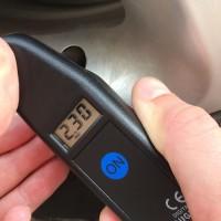 Milloin viimeksi tarkastit autosi rengaspaineet? Suosituksen mukaan se pitäisi tehdä 1-2 kertaa kuukaudessa. Oikea rengaspaine on tärkeä turvallisuustekijä ja vaikuttaa olennaisesti renkaiden käyttöikään ja autosi polttoaineen kulutukseen.