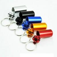 Alumiininen pillerikapseli toimii avaimenperänä. Laita tärkeät lääkkeesi kapselin sisään ja kapseli kiinni avainnippuusi, niin ne kulkevat aina mukanasi.