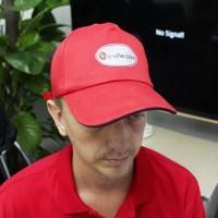 Avrunda din outfit med en prima röd keps med e-villes logotyp. Kepsen är gjord av bomull och storleken går att justera.