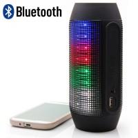 Makeilla LED-valoilla varustettu matkakaiutin, jonka sisäisellä akulla voit ladata myös puhelintasi! Jykevä äänentoisto ja virtapankkiominaisuus, hienoa!