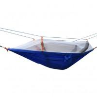 Hængekøje til to personer, lavet af faldskærmsstof af høj kvalitet. Fastgør myggenet, så du kan ligge uforstyrret i hængekøjen og læse en bog eller sove!