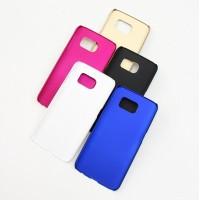 Tämä tyylikäs suojakuori antaa hyvän suojan Samsung S6 -älypuhelimellesi. Kuori on valmistettu joustavasta, mutta kestävästä muovista ja suojaa tehokkaasti kallista puhelintasi kolhuilta, naarmuilta ja lialta.