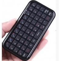 """Pienen pieni ulkoinen langaton näppäimistö. Näppis on n. iPhone 4:n kokoinen, eli 115mm x 60mm x 7mm. Sen ladattavan akun käyttöaika on 60 tuntia ja valmiusaika 400 tuntia. Lataaminen vie n. 2,5h.Yhdistämisen salasana on """"0000""""."""