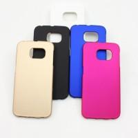 Värikäs ja tyylikäs Samsung S6 Edge suojakuori suojaa tehokkaasti kallisarvoista puhelintasi kolhuilta ja naarmuilta.Suoja on valmistettu joustavasta, mutta kestävästä muovista ja kuoren hommaaminen on halpa vakuutus puhelimellesi.
