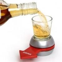 Tämä juomapeli tuo varmasti hauskuutta iltoihin, jos pitää murtaa jää tai haluat muuten vaan lisää meininkiä juhliisi. Kaada shottilasiin lempijuomaasi ja pyöritä nuolta, kenen kohdalle nuoli pysähtyy, hän joutuu/saa juoda lasin tyhjäksi!