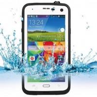 Vaikka Samsung S5 on vedenkestävä, mutta koskaan ei voi olla liian varovainen. S5 ei kuitenkaan kestä iskuja, mutta tämän IP68-standardin omaavan suojakuoren ansiosta puhelimesi kestää myös metrin pudotuksen.