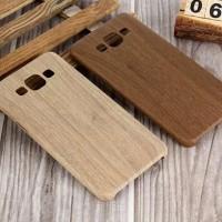Vackert skyddsfodral tillverkat av silikon med trämönster.