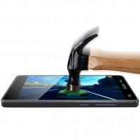 Karkaistu lasisuoja ehkäisee puhelimen näyttöä naarmuilta, iskuilta ja muilta pieniltä kolhuilta ja puhelimen näyttö säilyy puhtaana ja uuden veroisena pidempään.
