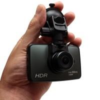 """H2 autokamera on erittäin laadukas FullHD autokamera, joka ei jätä mitään näyttämättä niin päivällä kuin yölläkään! 2.7"""" näyttö toistaa tallennukset selkeästi."""