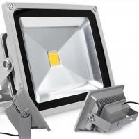 Pienikokoinen työvalo on vain noin kymmenen senttiä kantiltaan. 10W LED-polttimo on silti kirkas käytössä.