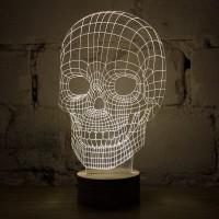 Tässä ärjyn näköinen pääkallo 3D lamppu. Läpinäkyvän pleksilasin johdosta lampun ääriviivat heijastuvat kolmiulotteisesti.