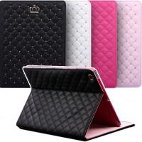 Pue iPad 2 -tablettisi tähän kauniiseen suojaan ja samalla ehkäiset kullankallista tablettia naarmuilta ja lialta. Kannen taitto-ominaisuudella käytät suojaa myös tablet-telineenä.
