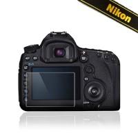 Erittäin laadukkaasta optisesta lasista valmistettu LCD-näytönsuojus Nikon D800, D800E & D810 -kameroille. Suojalasi auttaa pitämään kamerasi näytön ehjänä ja naarmuttomana, eikä jälleenmyyntiarvo laske ainakaan naarmuisen näytön vuoksi!