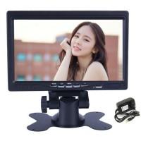 """LCD-näyttö 7"""" näyttää autossasi niin kameran kuvan kuin dvd elokuvan. Tämä 7"""" näyttö on ollut suosittu myös karaokelaitteiston yhteydessä."""