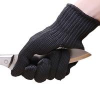 Viiltosuojattujen sormikkaiden kangas on vuorattu teräslangalla, joten ne kestävät poikkeuksellisen hyvin puukkkojen ja veitsien viiltoja