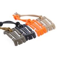 Monikäyttöinen rinkan lenkkikiinnike, jonka avulla voit kiinnittää rinkkaan erilaisia tarvikkeita tai sitoa ylimääräiset nauhat ja köydet paikoilleen.