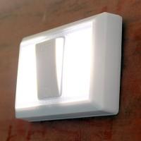 Erittäin kirkas LED-valo isolla katkaisijalla tuo valoa pimeyteen. Paristoilla toimiva vähävirtainen led-valo sopii mainiosti esimerkiksi mökille huussiin, eteiseen, porstuaan ja oikeastaan mihin tahansa pimeään paikkaan.