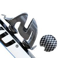Fixa en snygg kolfiberflaskhållare till din cykel! Dryckstället är tillverkat av PC-plast samt ett lager kolfiberbeläggning för att vara så beständigt som möjligt.