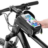 """Tarvitsetko pyöräillessäsi älypuhelinta? Tämän pyörälaukun päälle voit asettaa max. 6"""" älypuhelimen ja tutkailla samalla GPS:ää, vaihtaa biisiä Spotifysta tai vaikka kirjoittaa viestin läpinäkyvän muovisuojan läpi. Todella kätevää!"""