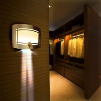 Tyylikäs liiketunnistimella varustettu seinävalo sisätiloihin. Tyylikkään designin lisäksi erittäin käytännöllinen valaisin esim. eteiseen tai vaatehuoneeseen.