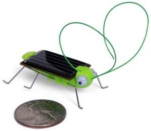 Aurinkoenergialla toimiva heinäsirkka