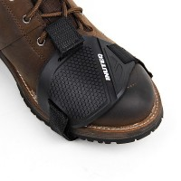 Moottoripyöräilijän kengänsuojus on kätevä varuste, kun haluat päästä tien päälle, mutta jalassa on sunnuntaikengät.