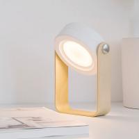 Yksinkertaisen tyylikäs lukulamppu, jonka valo kääntyy 360° ja sen kirkkautta sädetään hipaisukytkimellä. Puujalasta lamppua voi kantaa myös taskulampun tavoin.