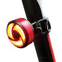 Pyörän älykäs LED -takavalo on pieni, mutta tehokas 15:llä punaisella LEDillä varustettuna. Valo vilkkuu liikuessa ja kun jarrutat, se kirkastuu jarruvaloksi!