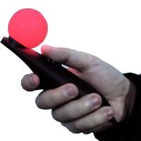 Alkuperäinen lisäohjain ANTVR 2 VR-setille.Ohjaimen päässä on punaisena hohtava infrapunapallo, jonka VR-lasien infrapunakamera tunnistaa ja siten tietää missä ohjain liikkuu.