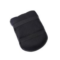 Snygg, praktisk och bekväm dyna som spänns fast ovanpå armstödet i bilen.