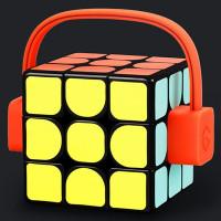 Giiker Supercube on nykyaikainen Rubikin kuutio älytoiminnoilla varusteltuna. Yhdistä kuutio Bluetoothilla älypuhelimeesi ja opettele kuution pyörittelyn salat alta aikayksikön. Treenaa aivojasi tällä Giikerin Supercubella!