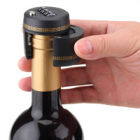 Lås för vinflaska. Säkra de gyllene vindropparna från törstiga livskamrater eller som säkerhet för att barnet inte ska kunna dricka av misstag.