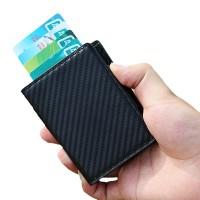 Snygg RFID-skyddad pop-up-korthållare med mönster som liknar kolfiber. Rymmer upp till hela 7 kort så du kan vara säker på att du får plats med det du behöver.