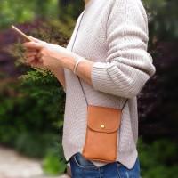 Tässä keinonahkaisessa pussukassa puhelimesi kulkee kätevästi turvassa kolhuilta. Putoamisriski on myös huomattavasti pienempi kuin esimerkiksi löysistä housuntaskuista.
