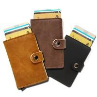 RFID-skyddad pop-up-korthållare tillverkad i läcker konstgjort mocka. En praktisk och kompakt plånbok håller dina betalkort säkra.
