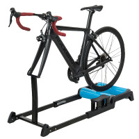 Pyöräilyrulla mahdollistaa harjoittelun myös huonolla kelillä ja talvella mukavasti sisällä. RockBros harjoitusrulla on todella helppo kasata ja käyttää.