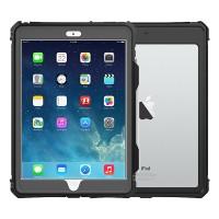 Vedenkestävä suojakotelo turvaa iPadisi yllättävissäkin tilanteissa. IP68-luokiteltu kotelo kestää vettä jopa kahden metrin syvyyteen asti.