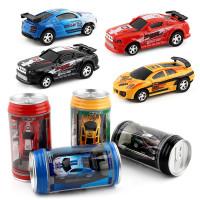 Hauska minikokoinen kauko-ohjattava leluauto, joka mahtuu juomatölkkiin. Mukana neljä varoituskartiota, jolla teet vaikka esteradan.