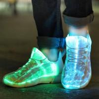 Näillä LED-valokengillä käännät päät niin yökerhon tanssilattialla kuin festareillakin! Valitse LEDeihin lempivärisi tai väriä vaihtava valaistus.