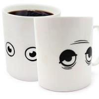 När du häller upp ditt kaffe, te eller annan varm dryck i koppen, kommer den att känna av värmen från drycken och ögonen öppnas upp och önskar dig god morgon.