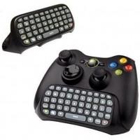 Näppäimistö Xbox 360 -peliohjaimelle. Näppäimistö kiinnitetään kätevästi ohjaimeen ja se mahdollistaa nopean viestittelyn pelikavereiden ja vihollisten kanssa.
