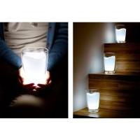 Näyttää lasilta jossa on maitoa. Oikeasti sisällä on LED-lamppu joka saa koko lasin valaistumaan. Näyttää hienolta eri väreineen.